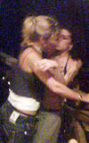 Amy Winehouse kissing a girl in nigthclub